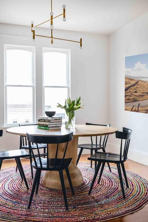 O tapete redondo segue o mesmo formato da mesa para sala de jantar