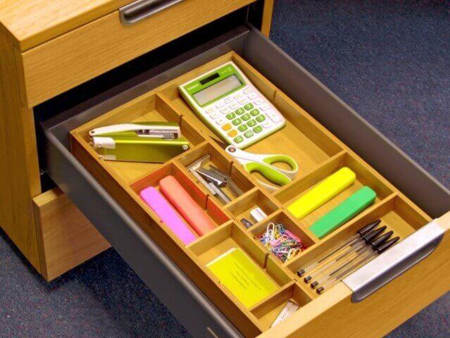 Organizador de gavetas de madeira no escritório