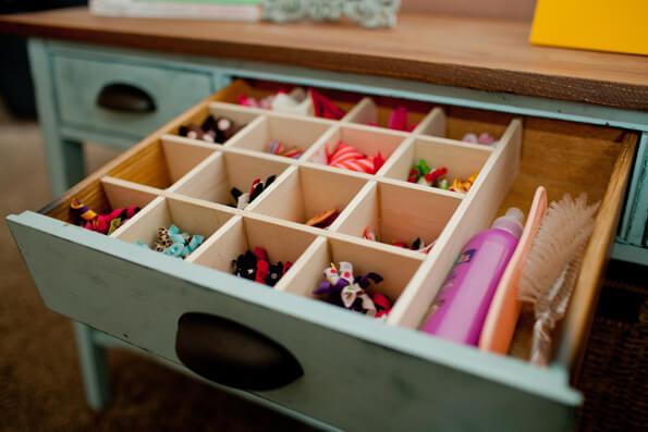 Organizador de gavetas em móvel antigo