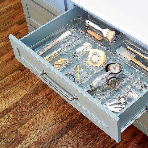 Organizador de gavetas transparente na cozinha