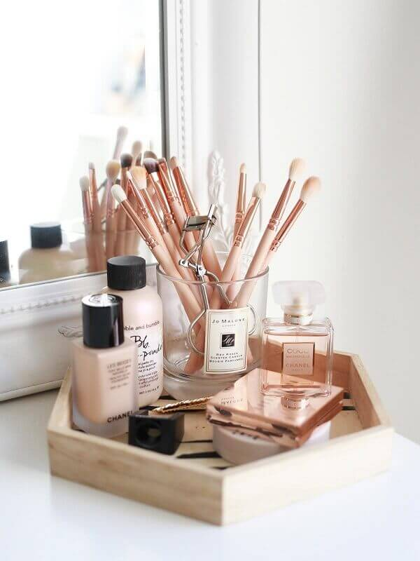 Organizador de maquiagem em bandeja de madeira