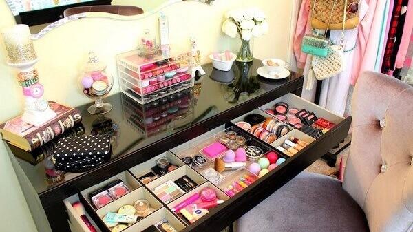 Organizador de maquiagem em closet