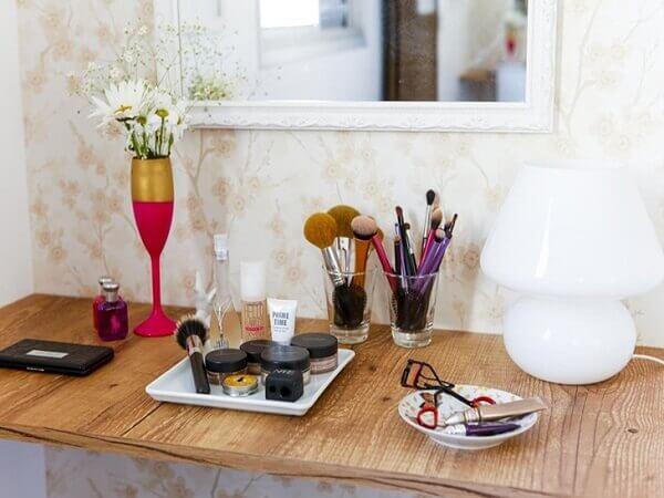 Organizador de maquiagem em mesa de madeira