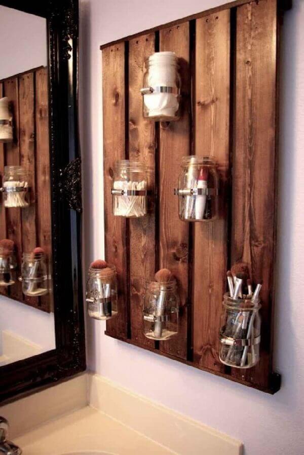 Organizador de maquiagem em painel de madeira