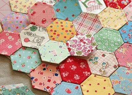 Patchwork com retalhos hexagonais Foto de Pink Blog