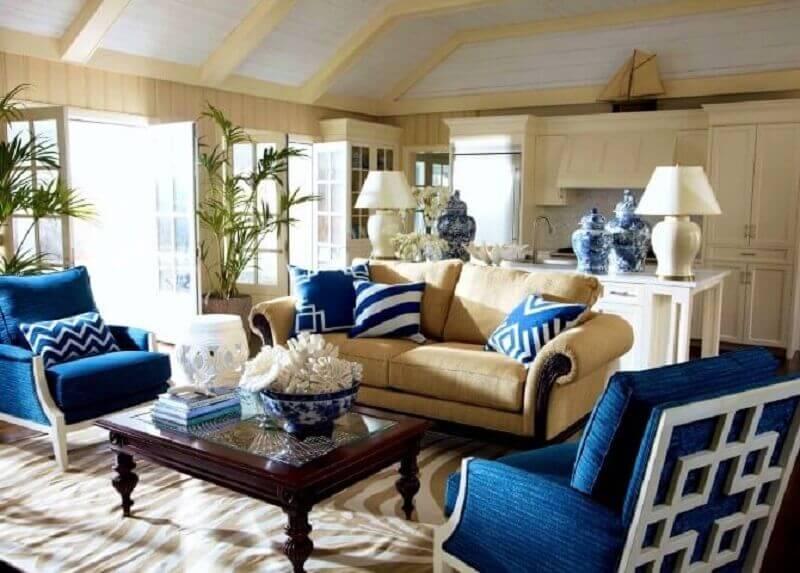 Poltronas e almofadas em azul royal Foto Ryan Doherty