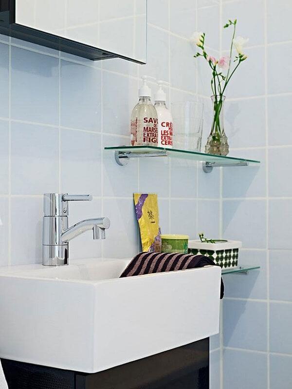 Posicione a prateleira de vidro em uma altura que facilite seu uso