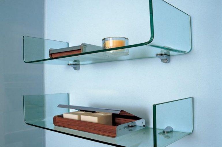 Prateleiras de vidro com pontas voltadas para cima