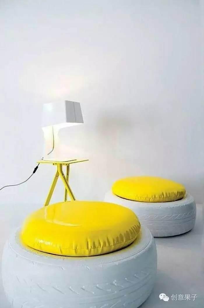 Puff de pneus branco com almofada amarelaDuqu8