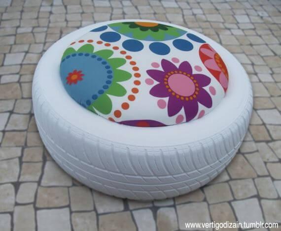 Puff de pneus branco com almofada de flor Foto de Pinterest