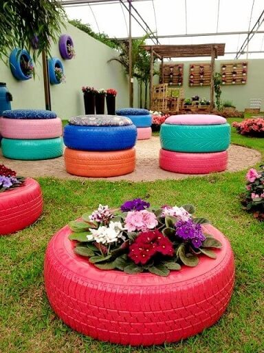 Puff de pneus coloridos com almofada estampada Foto de Pinterest