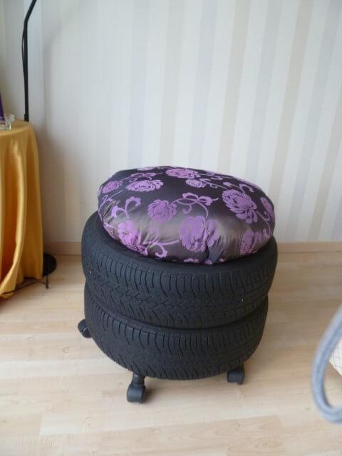 Puff de pneus com almofada alta com estampa escura Foto de Prana Style