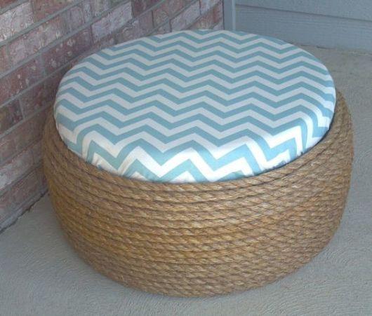 Puff de pneus com almofada de zigzag azul e branco Foto de Pinterest