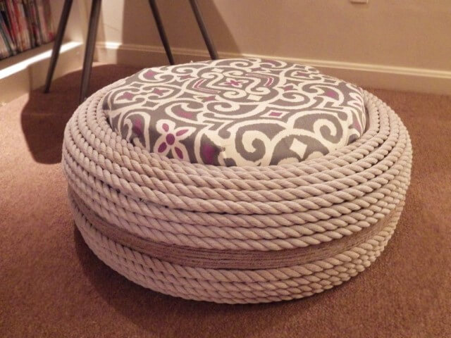 Puff de pneus com corda branca e almofada cinza estampada Foto de Pinterest