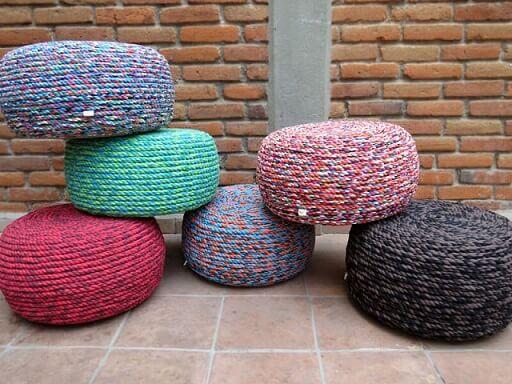 Puff de pneus com cordas coloridas Foto de Aki Es