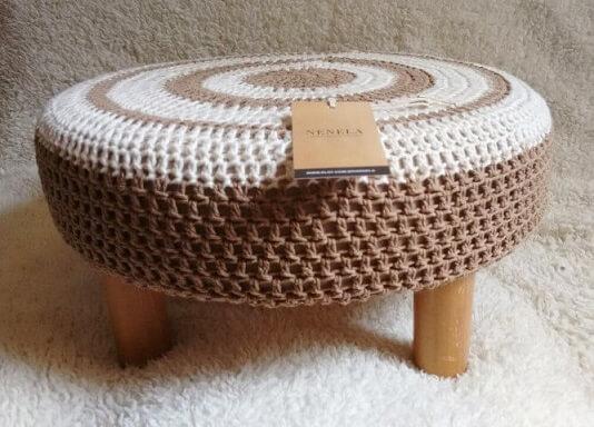 Puff de pneus com crochê branco e marrom Foto de Elo7