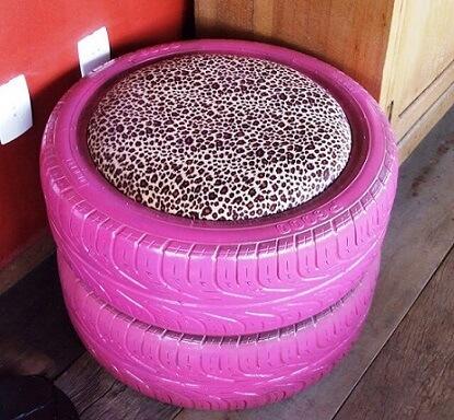 Puff de pneus rosa com almofada com animal print Foto de Criatives