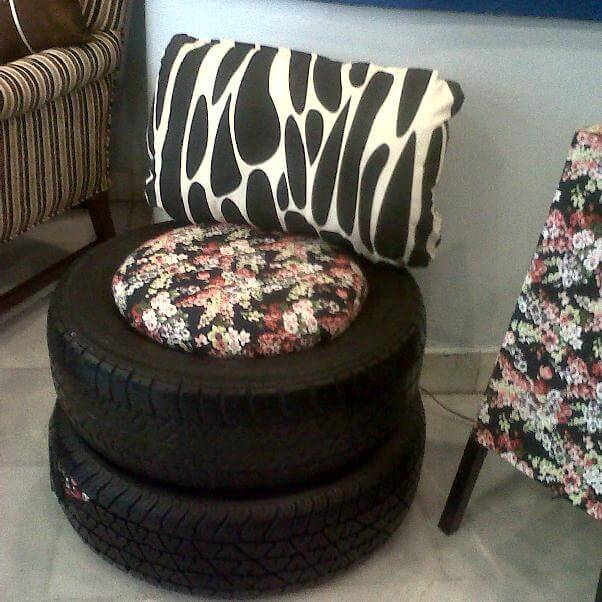 Puff de pneus sobrepostos com almofada florida Foto de Muy Juarense