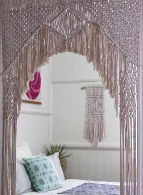 Quarto com cortina e parede macrame