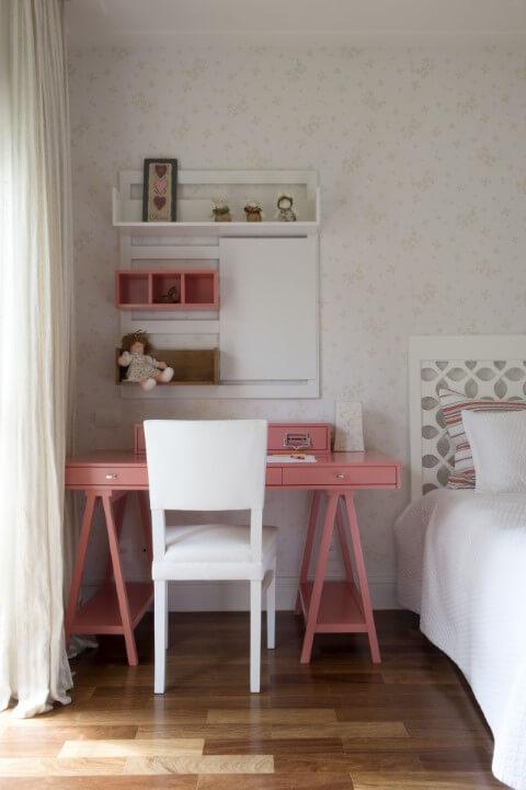 Quarto com móveis em tons de rosa e branco Projeto de Cristina Lembi