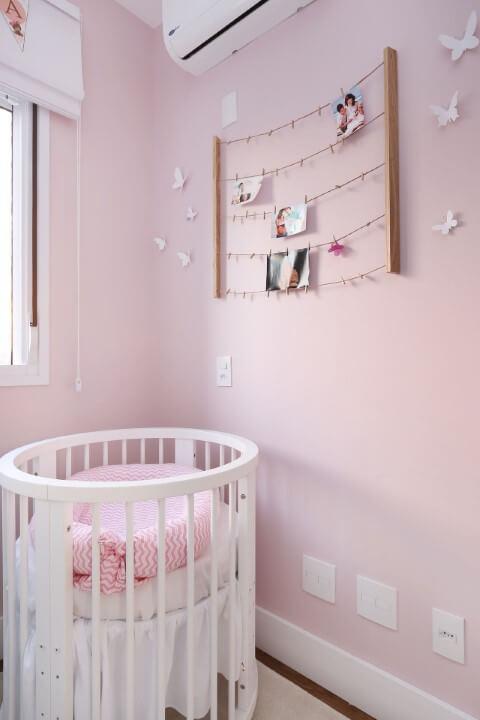 Quarto de bebê com berço e parede em tons de rosa Projeto de By Arquitetura