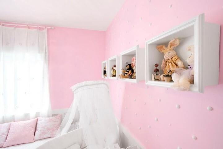 Quarto de bebê com papel de parede em tons de rosa com bolinhas Projeto de Eduarda Correa