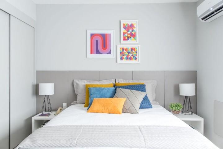 Quarto de casal claro com cama box Projeto de Renata Romeiro