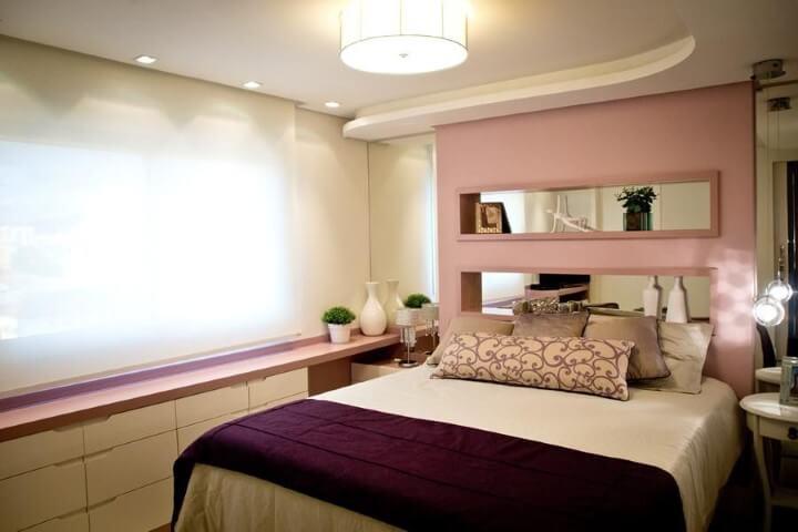 Quarto de casal com bancada e parede em tons de rosa Projeto de Inova Arquitetura