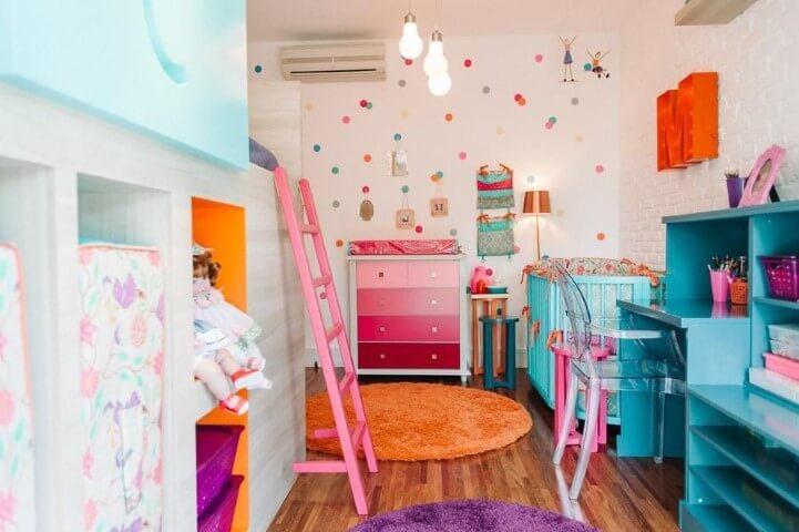 Quarto de menina com decoração em tons de rosa e outras cores fortes Projeto de Codecorar