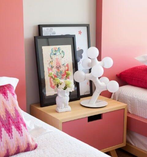 Quarto de menina com móveis e objetos de decoração em tons de rosa Projeto de Consuelo Jorge