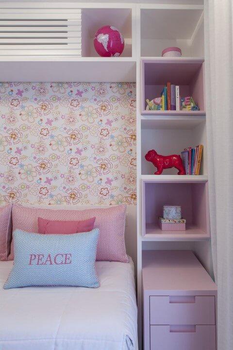 Quarto de menina com papel de parede, móveis e objetos decorativos em tons de rosa Projeto de Ark2 Arquitetura