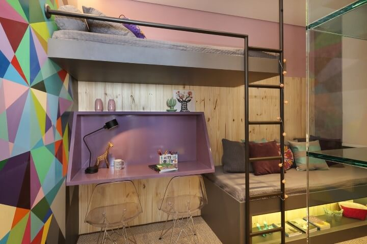 Quarto de menina com parede em tons de rosa e revestimento de madeira Projeto de Anna Maria Parisi