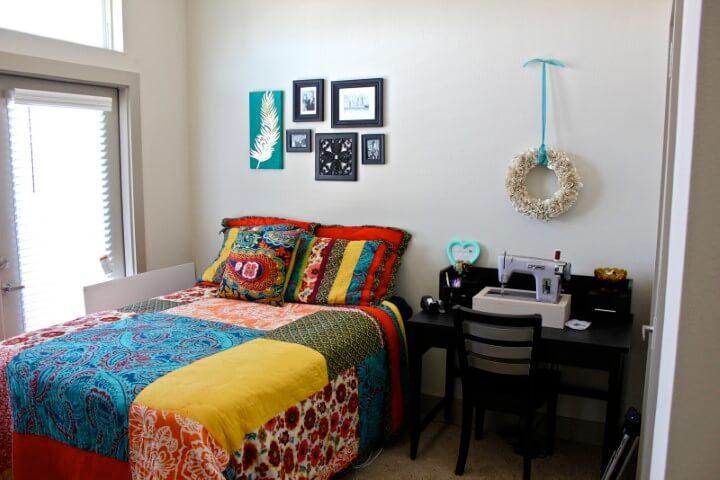 Quarto neutro com decoração de patchwork colorido Foto de E-partenaire