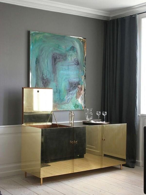 Que tal investir em um lindo aparador espelhado dourado?