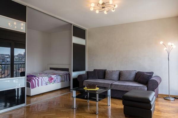 Quitinete com portas divisórias entre sala e quarto