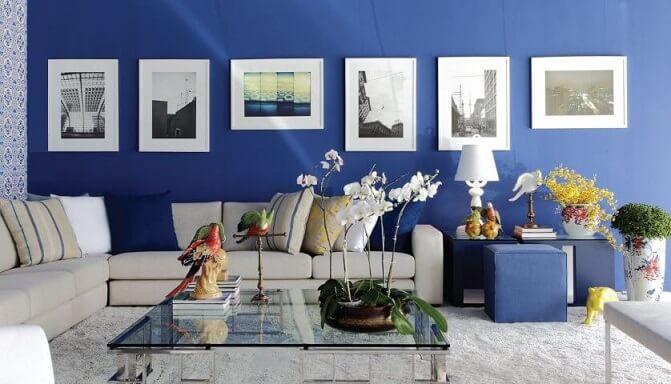 Sala com parede azul royal com quadros decorativos Projeto de Casa da Grazi