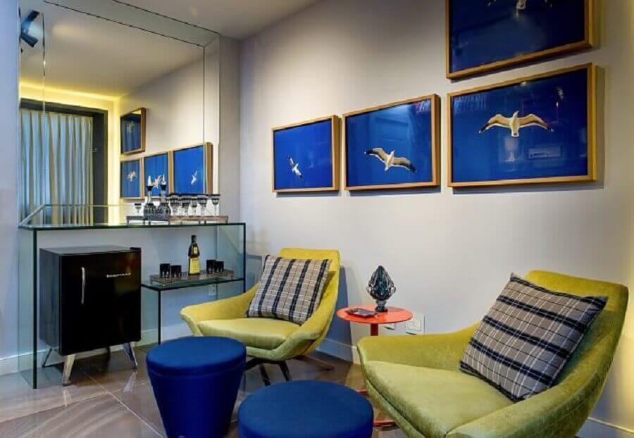 Sala com tons de azul royal em quadros e puffs Foto Milla Holtz