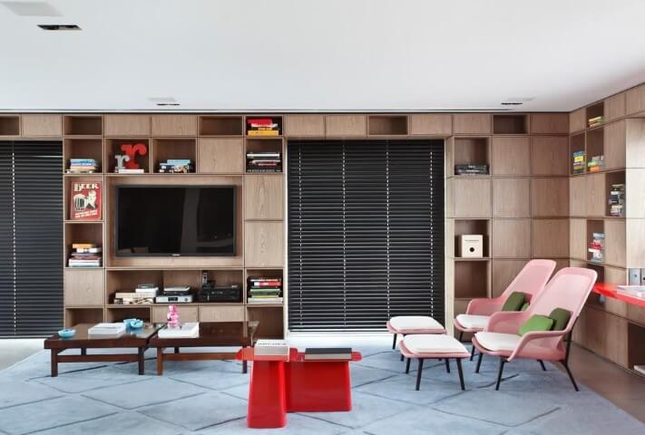 Sala de estar com cadeiras em tons de rosa Projeto de Arthur Decor