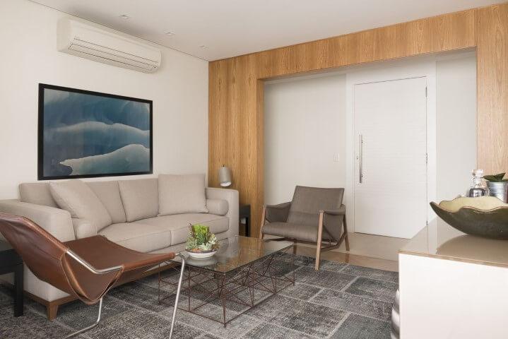 Sala de estar com tapete amplo de patchwork cinza Projeto de Gustavo Motta