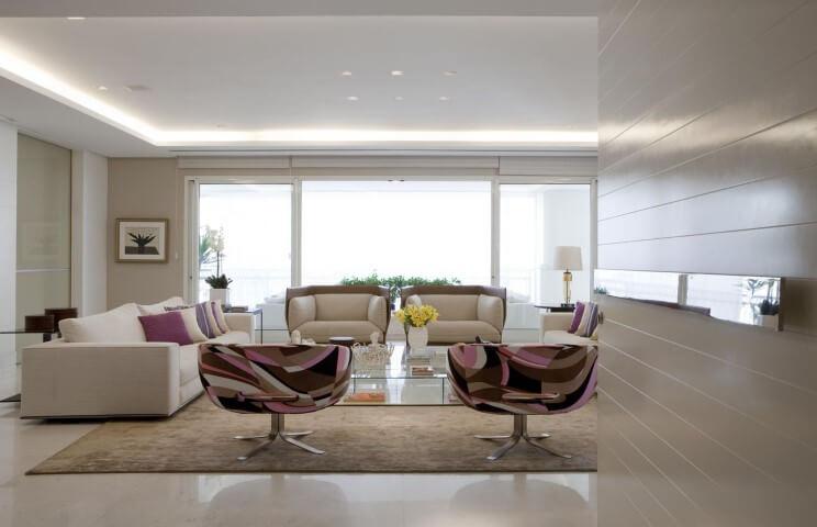 Sala de estar com tons de rosa e cores neutras Projeto de Érica Salguero