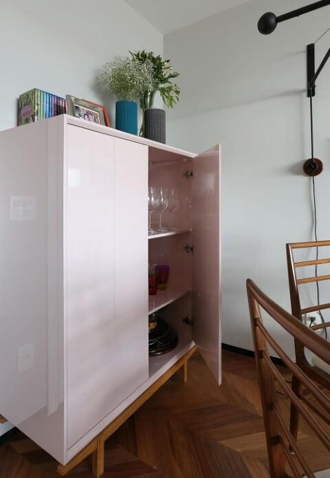 Sala de jantar com armário em tons de rosa Projeto de Mandril Arquitetura