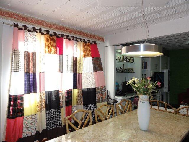 Sala de jantar com cortina de patchwork Projeto de Beatriz Mendes