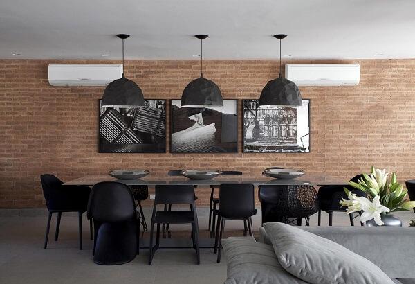Seguindo o estilo industrial invista em uma mesa para sala de janta com tampo de vidro e cadeiras pretas