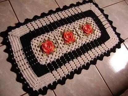 Tapete de crochê para cozinha com flores laranja e borda preta