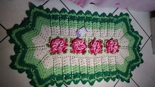 Tapete de crochê para cozinha com flores no centro e contorno verde