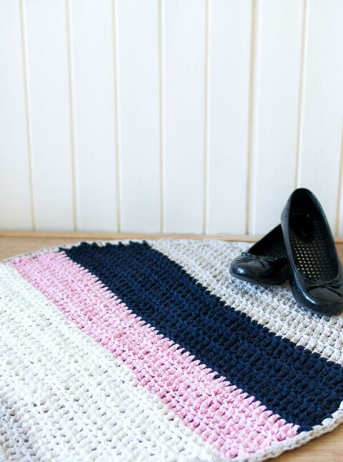 Tapete de crochê para cozinha com listras de cores diferentes Foto de Shelterness