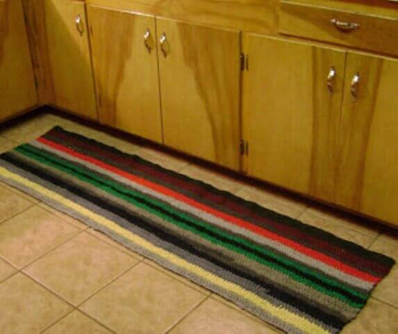 Tapete de crochê para cozinha com listras horizontais Foto de Amanda's Happy Hearth