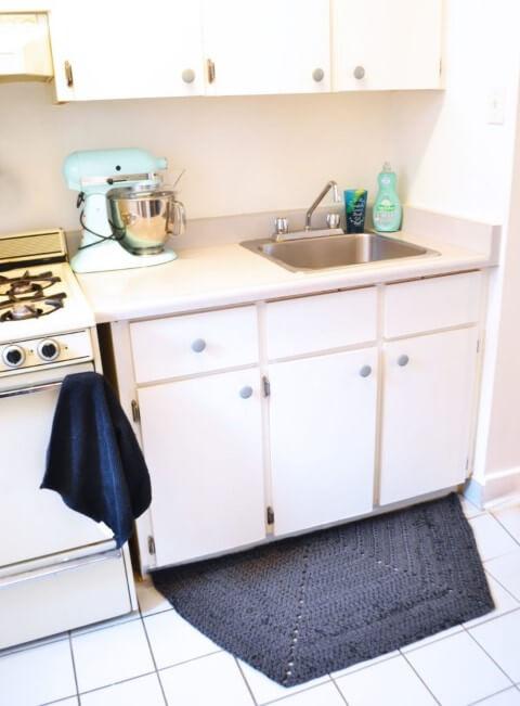 Tapete de crochê para cozinha escuro com móveis claros Foto de Pop Shop America
