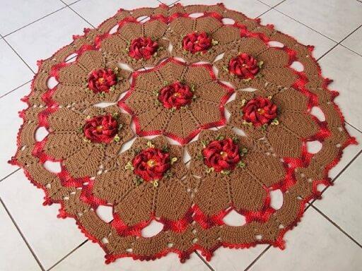 Tapete de crochê para cozinha marrom com flores vermelhas
