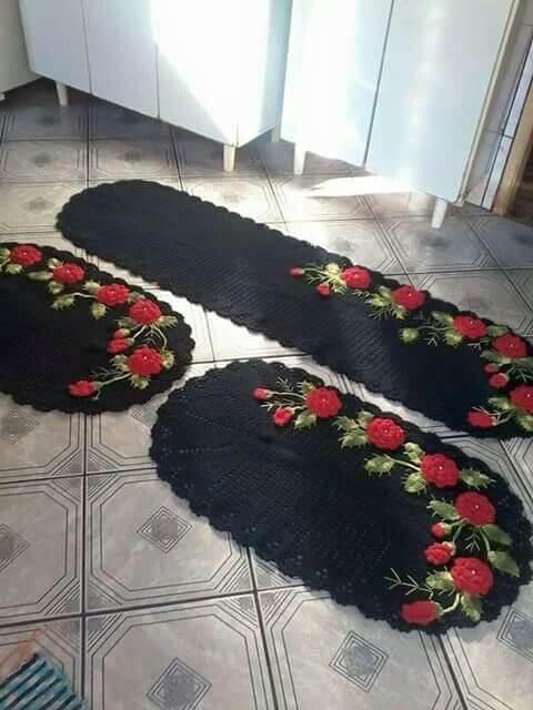 Tapete de crochê para cozinha preto com flores vermelhas Foto de Pinterest